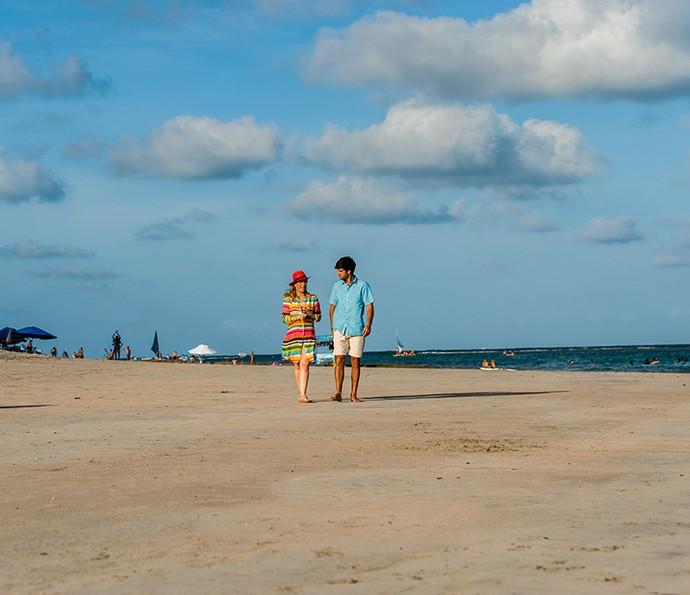 Angélica e Marcos Pitombo fazendo uma caminhada nas areias da praia de Muro Alto (Foto: Edmar Melo/TV Globo)