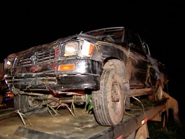 Caminhão caiu em ribanceira de cerca de 10 metros, segundo bombeiros (Foto: Reprodução/ TV Gazeta)