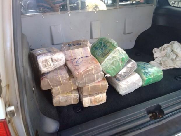 Dinheiro foi encontrado em fundo falso de caminhonete (Foto: Aplicativo TEM Você)
