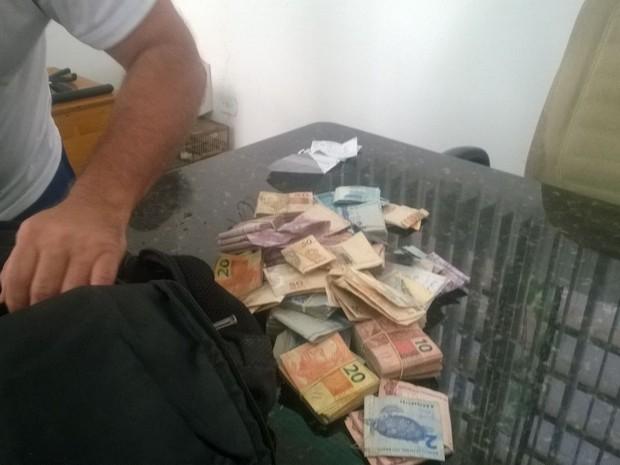 Dinheiro recuperado pela polícia durante a ação (Foto: Polícia Militar/Divulgação)