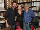 Caetano Veloso e Paula Burlamaqui prestigiam lançamento de livro no Rio