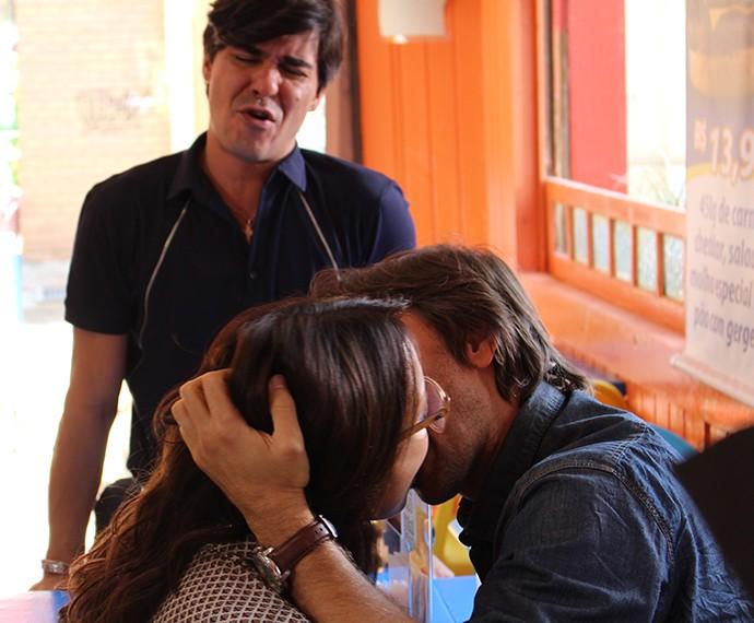 Nilton se desespera com beijão de Rubia (Foto: Bruno Cavalieri/Gshow)