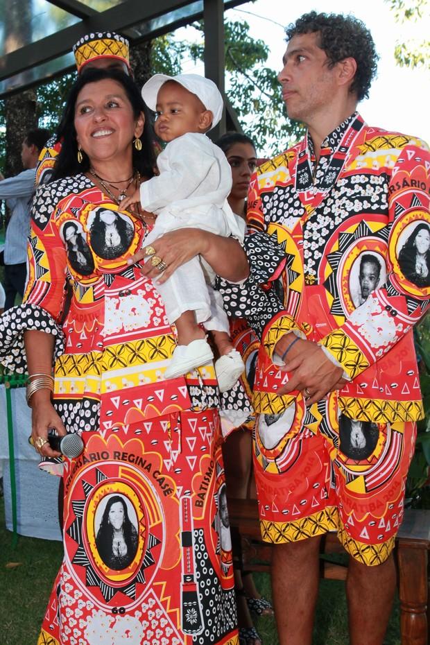 Regina Casé e Estevão Ciavatta com Roque (Foto: Vera Donato e Gianne Carvalho / Divulgação)
