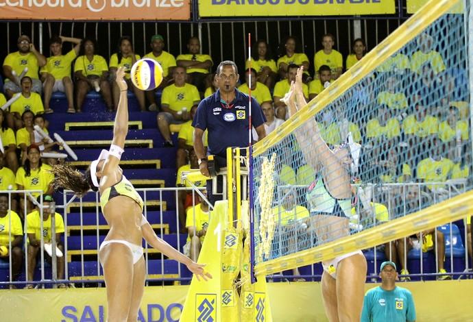 Maria Clara e Carol vencem a semifinal contra Ágatha/Bárbara Seixas (Foto: Paulo Frank/CBV)