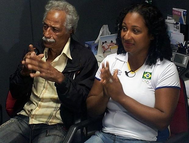 Touro Moreno e a sua filha Deusa torcendo pelo capixaba Esquiva (Foto: Sidney Magno Novo/Globoesporte.com)