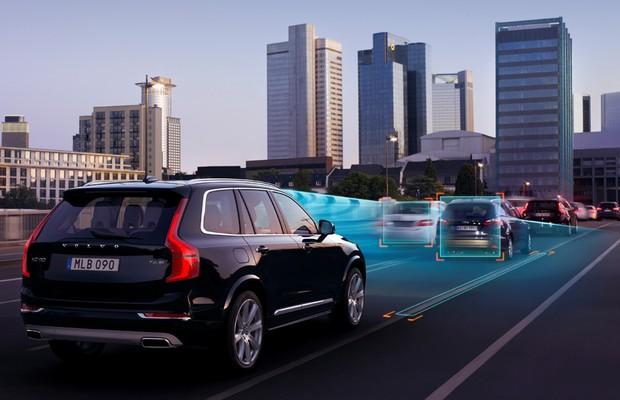 Simulação do sistema que mantém o Volvo XC90 dentro da faixa (Foto: Divulgação)