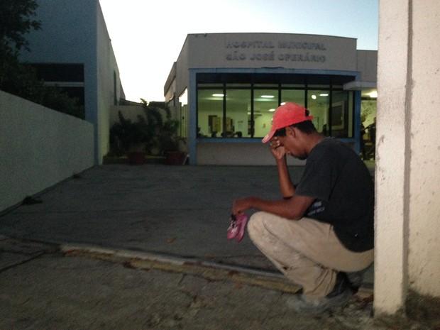Daniel Telles chora na porta do hospital pela morte da filha de apenas um ano. (Foto: Heitor Moreira/G1)