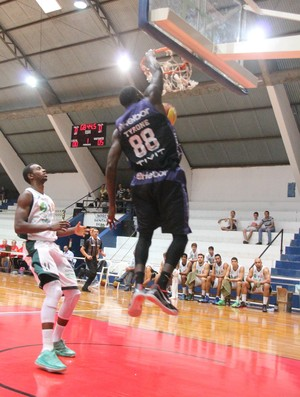 Tyrone Lins x Mogi das Cruzes Paulista basquete (Foto: Guilherme Peixinho)
