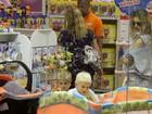 Fernanda Lima passeia com os filhos gêmeos em shopping no Rio