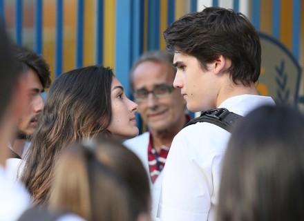 Rodrigo e Luciana se estranham na entrada do colégio