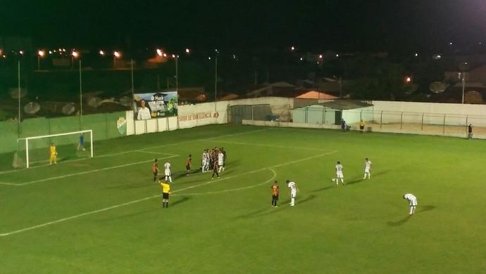 Paulo Vítor, de falta, faz o segundo gol do Coruripe contra o Globo FC (Foto: Denison Roma/GloboEsporte.com)