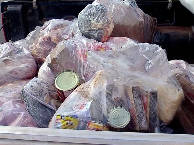 Entre os produtos estão carnes, frangos e alimentos enlatados vencidos (Foto: Reprodução/TVCA)