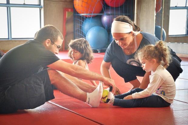 Pais e filhos se ajudam e fortalecem laços durante a ioga (Foto: Divulgação)