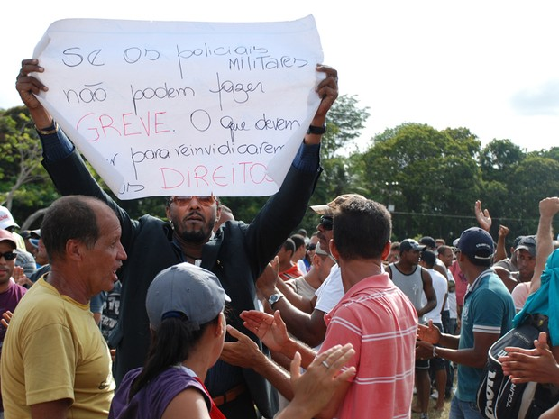 PMs grevistas mostram cartazes de protesto (Foto: Egi Santana/G1)