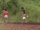 Moradores se arriscam ao atravessar a Ferrovia dos Carajás, no Maranhão