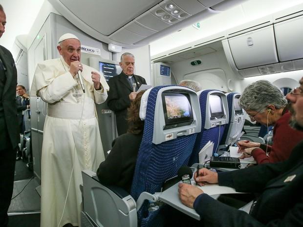 Papa no voo entre o México e Roma (Foto: AP/Alessandro Di Meio)