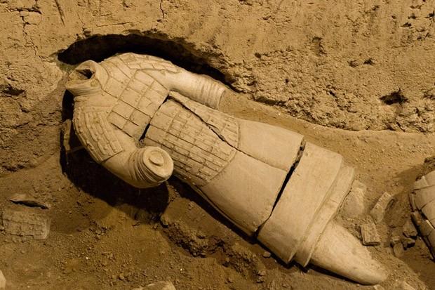Na fossa 2 do sítio arqueológico, um guerreiro sem cabeça repousa no solo, na posição que foi encontrado (Foto: © Haroldo Castro/Época)