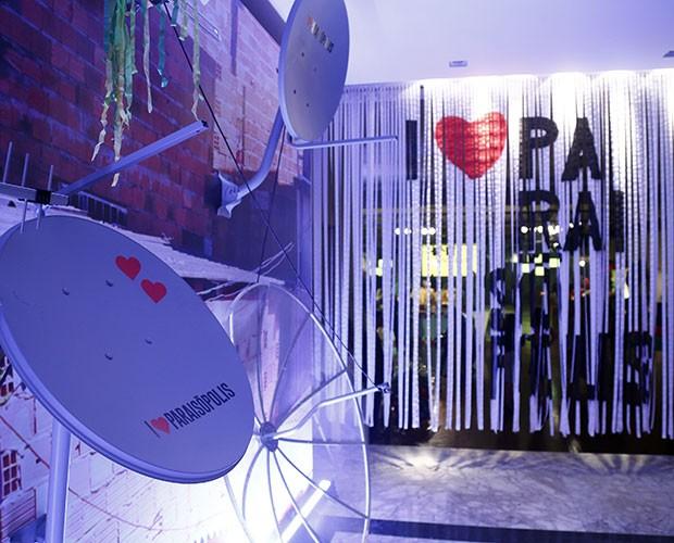 Antenas e cortinas trazem a logomarca da novela (Foto: Raphael Dias / Gshow)