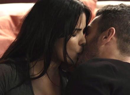 Antônia e Domênico se beijam após jantar
