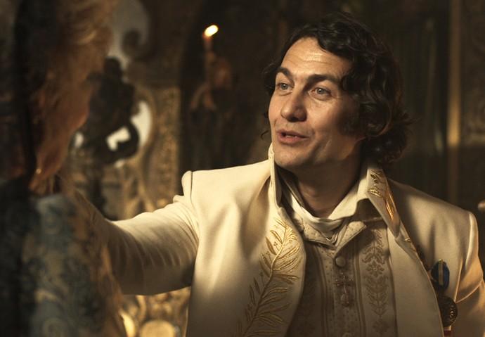 Duque de Ega conversa com Alexandra (Foto: TV Globo)
