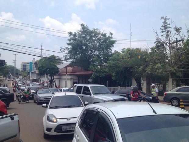 O trânsito ficou congestionada nas Avenidas Brasil, Ceará e na Rua Floriano Peixoto (Foto: Veriana Ribeiro/G1)