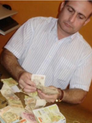 Delegado contabiliza dinheiro encontrado em operação (Foto: Richard Lopes/TV Diário)