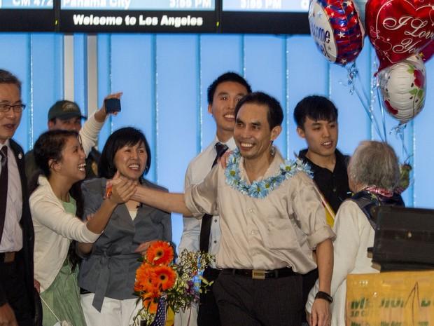 Familiares recebem o ativista com balões e colares (Foto: AP Photo / Ringo H.W. Chiu)