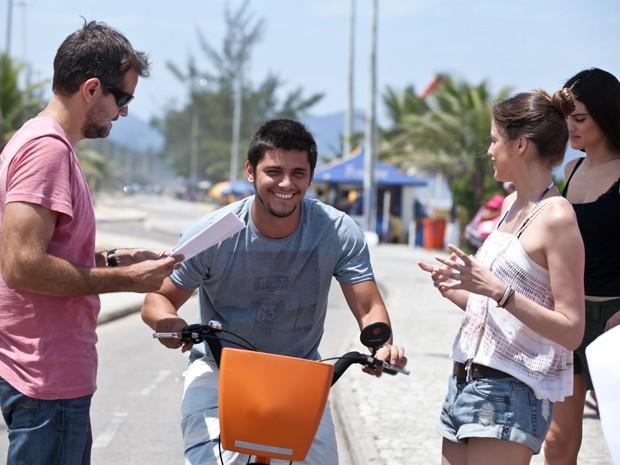 Bruno Gissoni se diverte antes da gravação (Foto: Inácio Moraes/TV Globo)