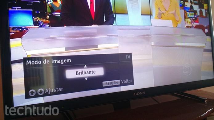 """Definindo o modo de imagem """"Brilhante""""  (Foto: Felipe Alencar/TechTudo)"""