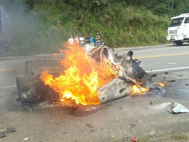 Veículo envolvido no acidente foi completamente incendiado (Foto: Marcus Augusto / Voz da Bahia)