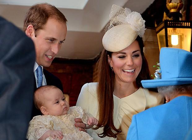 Kate e William batizam o filho na presença da rainha Elizabeth (Foto: AP)