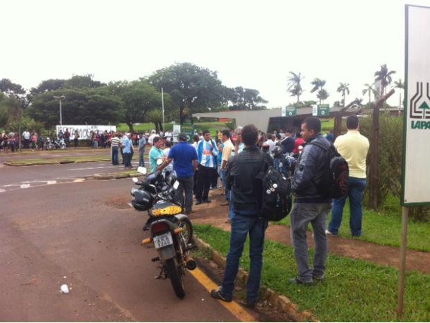 Funcionários estão concentrados em frente à sede de Londrina desde o início da manhã (Foto: Eduardo Lhamas / RPC TV)