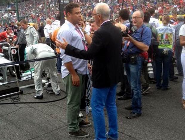Franz Beckenbauer e Ronaldo conversam antes do início do GP da Itália (Foto: Reprodução / Twitter)