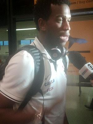 Gil desembarque Corinthians (Foto: Diego Ribeiro)