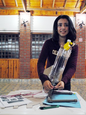 Larissa Aquino durante a oficina de foguetes de garrafa pet (Foto: Assessoria de Imprensa/Divulgação)