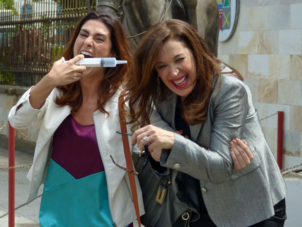 Fernanda Paes Leme surpreende Claudia Raia com seringa falsa (Foto: Salve Jorge/ TV Globo)