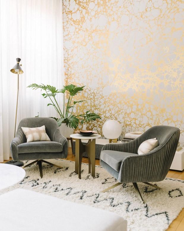 Décor do dia: sala de estar com papel de parede dourado (Foto: Calico/Reprodução)