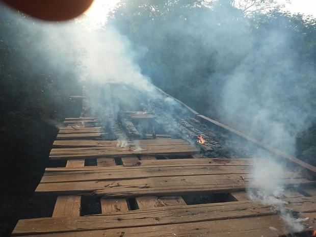 ponte que liga Pedro Afonso a Tocantínia é incendiada (Foto: Divulgação)
