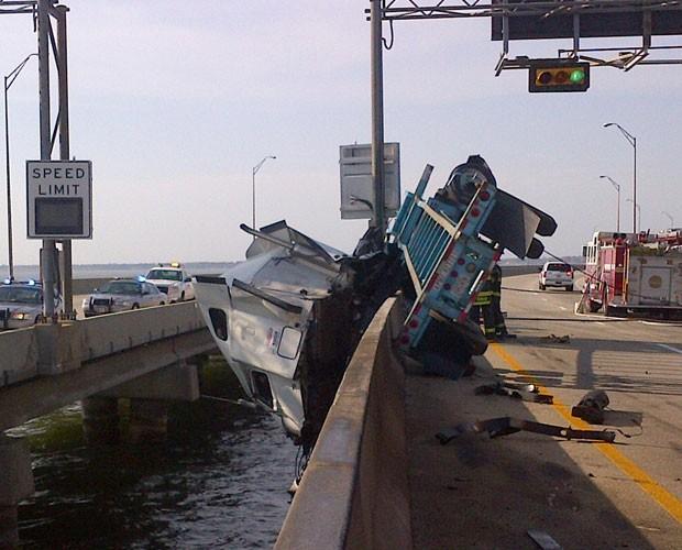 Caminhão fica pendurado em ponte em rodovia da Virginia, nos Estados Unidos, nesta segunda-feira (8). (Foto: Virginia State Police/AP)