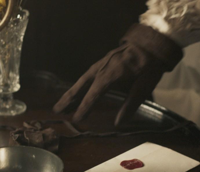 E, por fim, coloca o bracelete de Terenciado no criado-mudo de Dionísia (Foto: TV Globo)