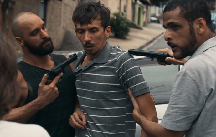 Oswaldo é perseguido pelos capangas (Foto: TV Globo)