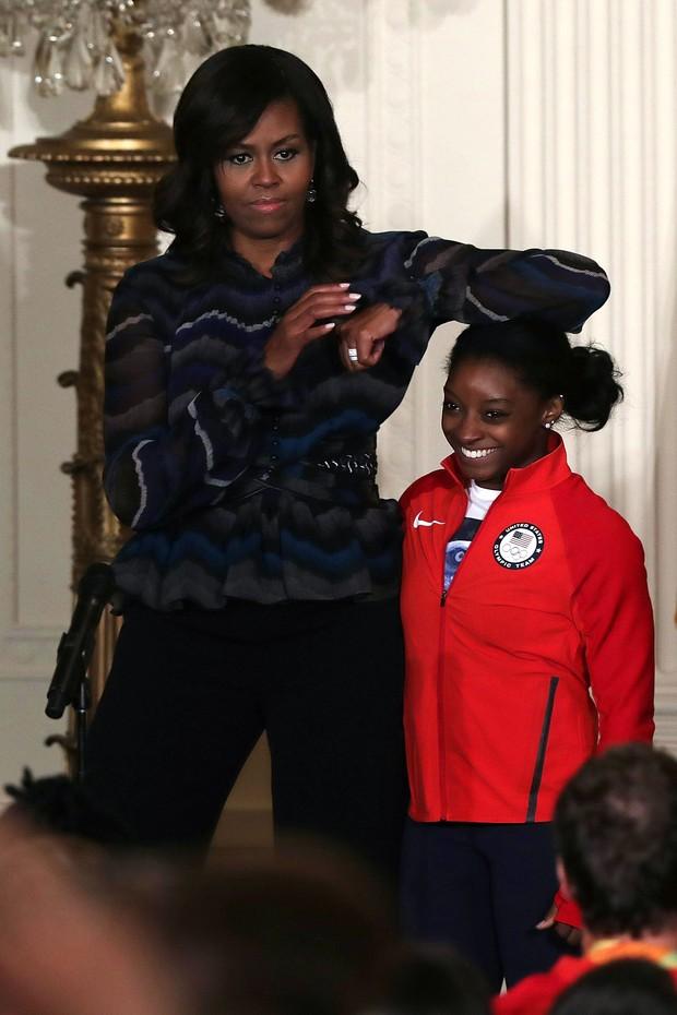 Michelle Obama brinca com a atleta Simone Biles em evento na Casa Branca para celebrar os recordes atingidos durante a Olimpíada Rio 2016 (Foto: Getty Image)