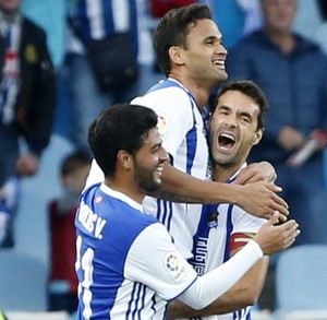 Erguido, Willian José comemora gol da Real Sociedad com Xabi Prieto e Carlos Vela (Foto: EFE/Juan Herrero)