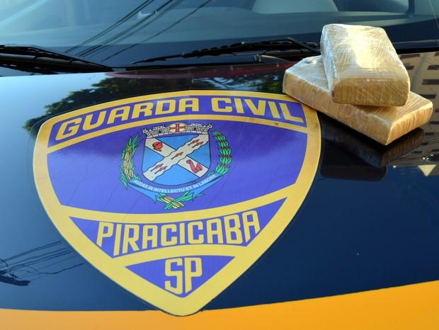 Tijolos de maconha foram encontrados e box de cama de jovem em Piracicaba (Foto: Fernanda Zanetti/G1)