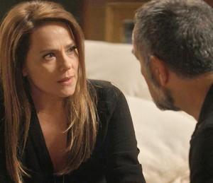 A esposa é direta e diz que Sofia não era nada do que eles pensavam (Foto: TV Globo)