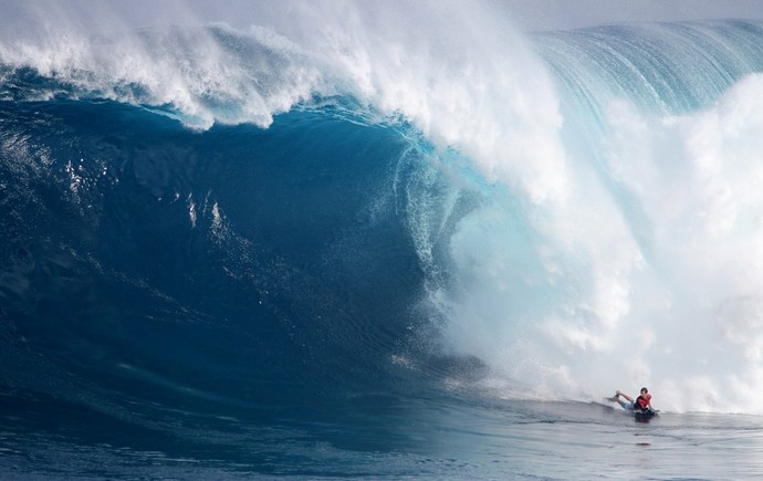 Magno de Oliveira Passos surfando de bodyboard em Jaws (Foto: Divulgação/Lynton Productions)