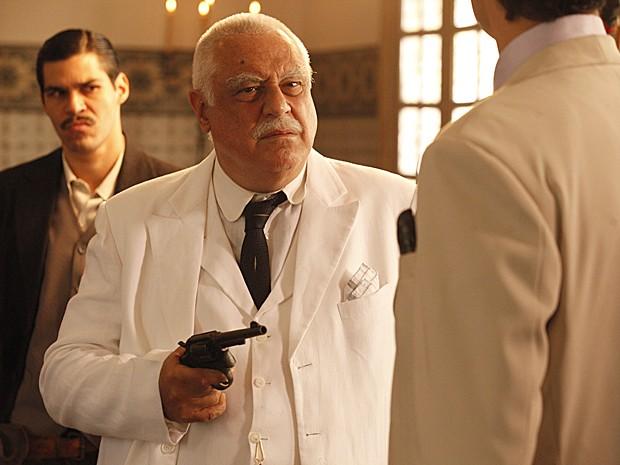 Ramiro ameaça Mundinho (Foto: Gabriela/TV Globo)