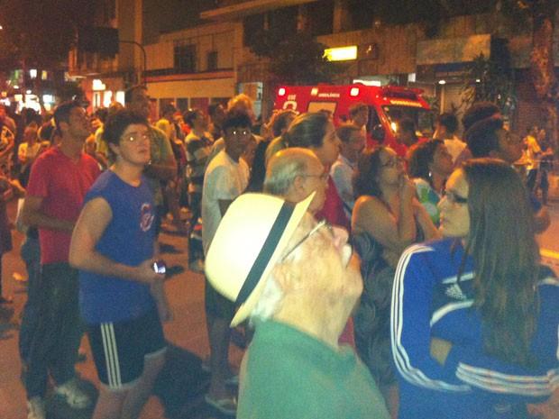Pessoas observam Bombeiros apagando incêndio (Foto: Marcelo Elizardo/ G1)