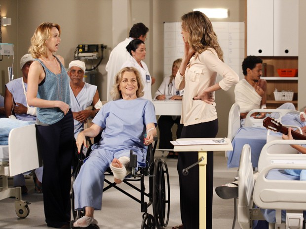 Charlô tem ideia para descobrir mistério de Otávio com ajuda de Vânia e Juliana (Foto: Guerra dos Sexos/TV Globo)