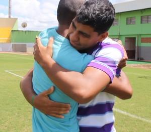 Reencontro de Gessé e Gomes um após o gol histórico no Acre (Foto: João Paulo Maia)